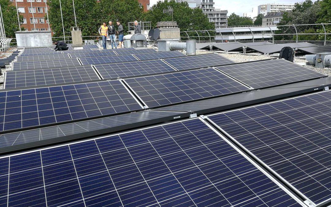 Pose de la 1ère installation solaire d'Enercitif sur le toit du centre d'animation Louis Lumière
